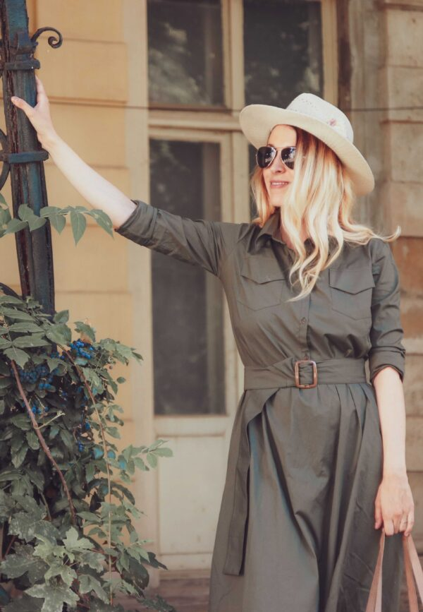 Момиче с дълга зелена рокля с колан. Модна фотография