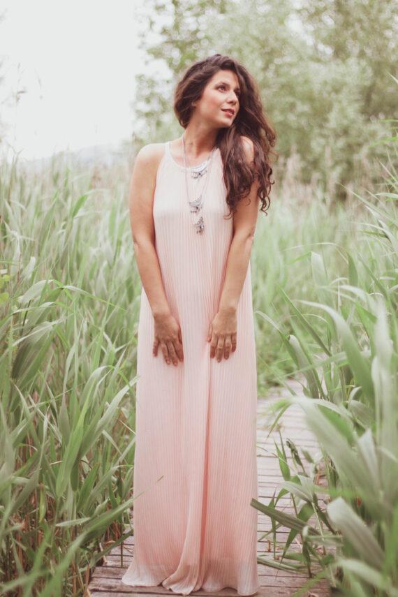 Момиче с дълга плисирана рокля солей розова. Модна фотография
