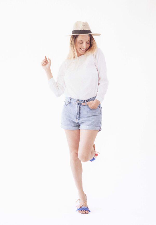 Момиче с бяла блуза с отворен гръб, модна фотосесия