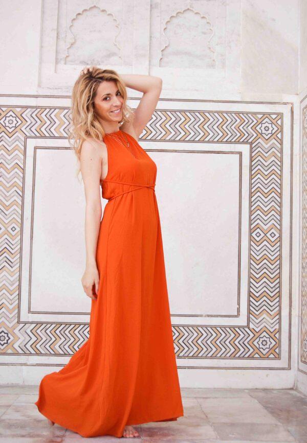 Дълга ефирна рокля с гол гръб