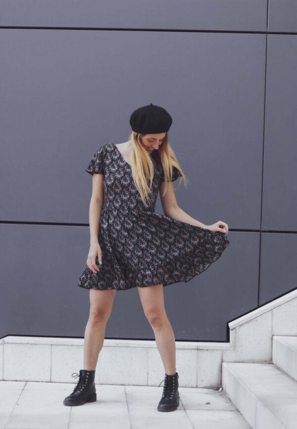 Момиче с Къса черна рокля с волани. Модна фотография