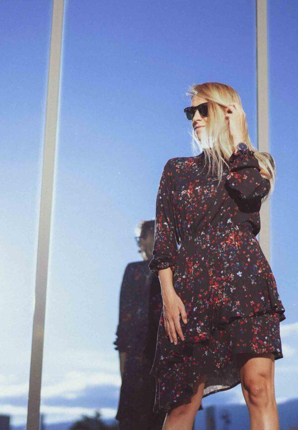 Момиче с къса рокля с висока яка Butterflies. Модна фотография