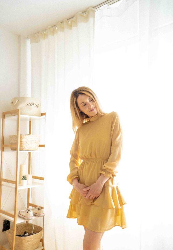 Жълта рокля с волани